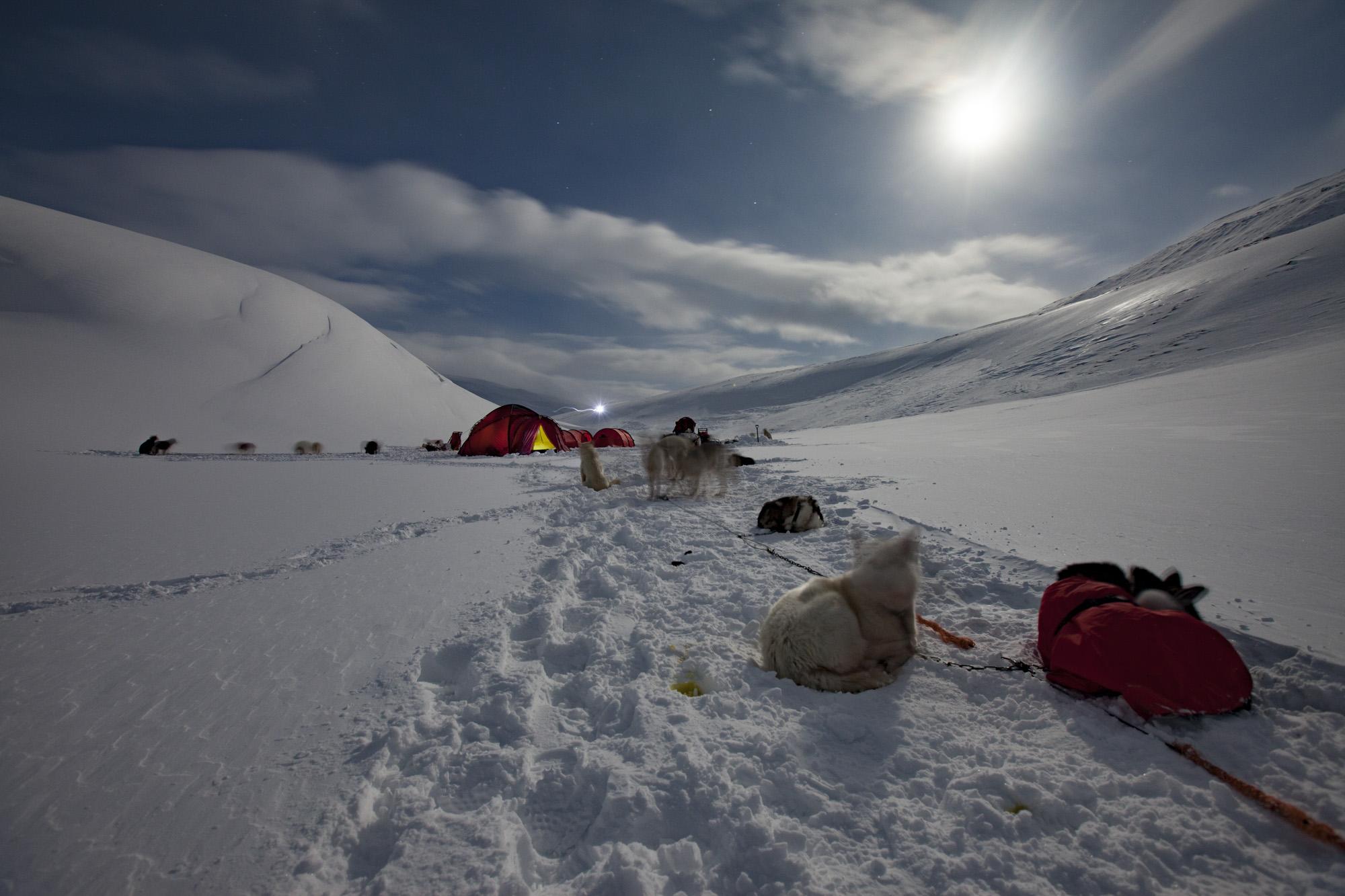 Zeltlager im Schnee bei Vollmond, Spitzbergen