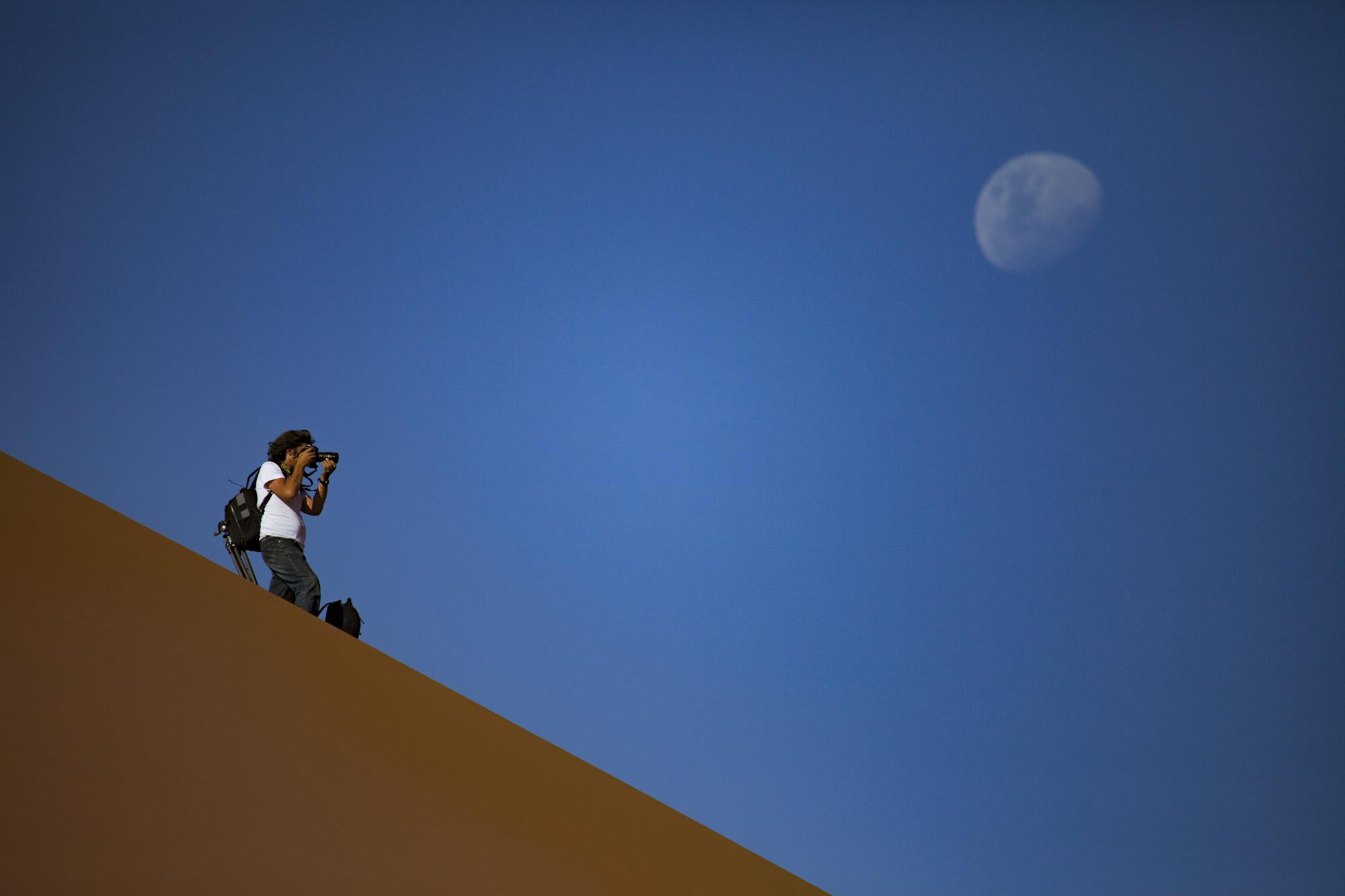 Michael Martin auf Sanddüne mit Mond