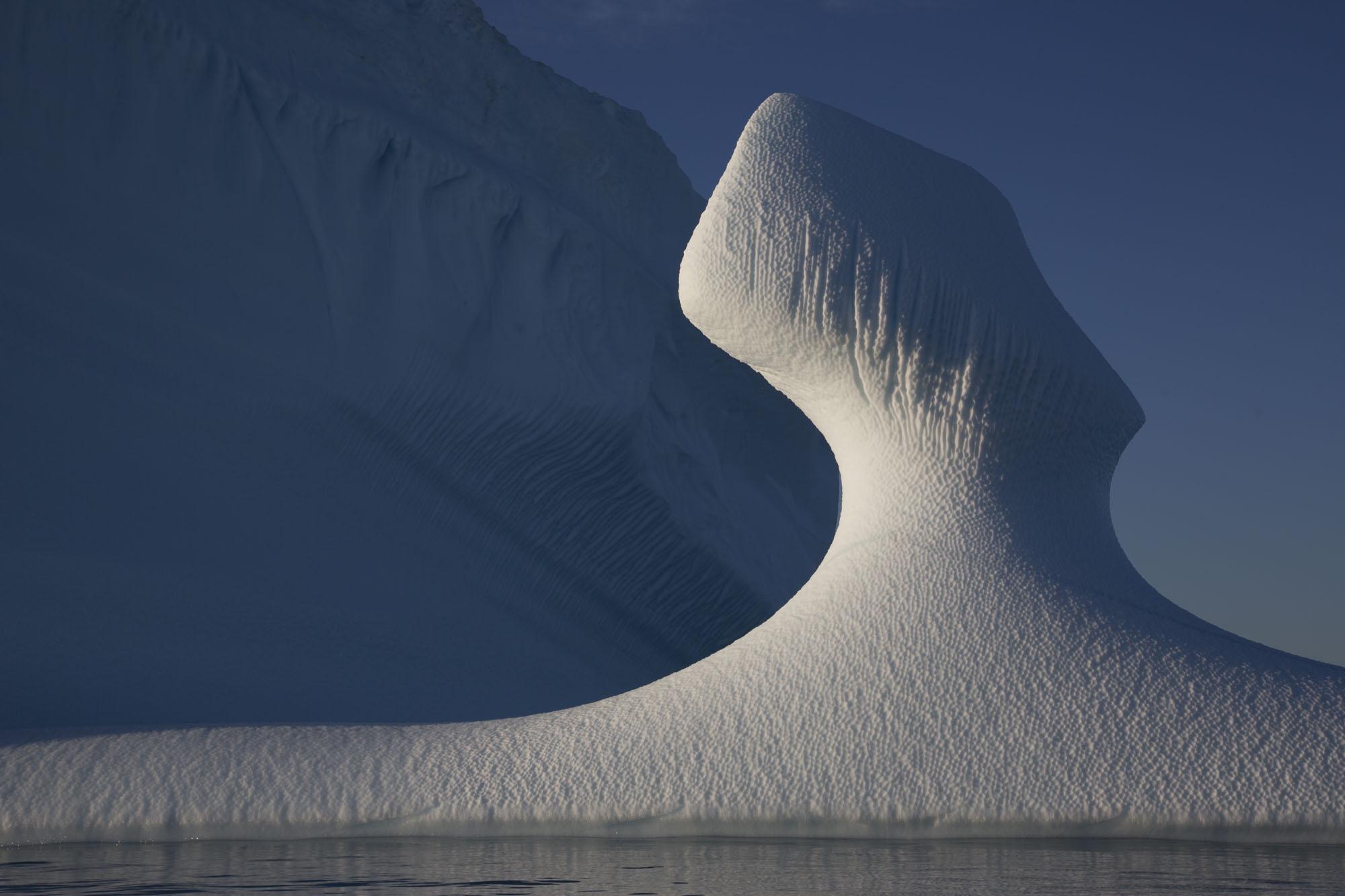 windgeformte Skulptur eines Eisberges, Ostgrönland