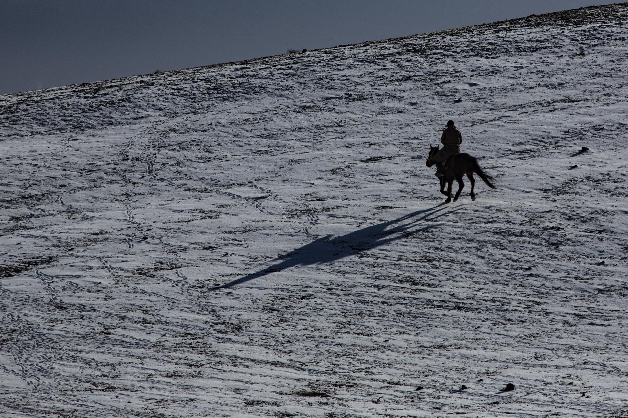 Reiter im Schnee, Südgobi, Mongolei